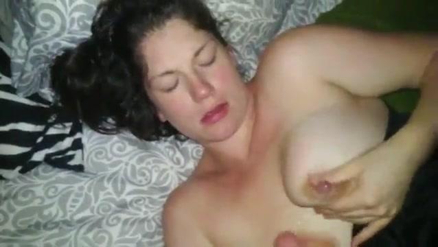 Жена сосет и пускает молоко
