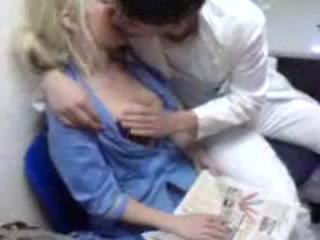 Реальная медсестра сосет на работе