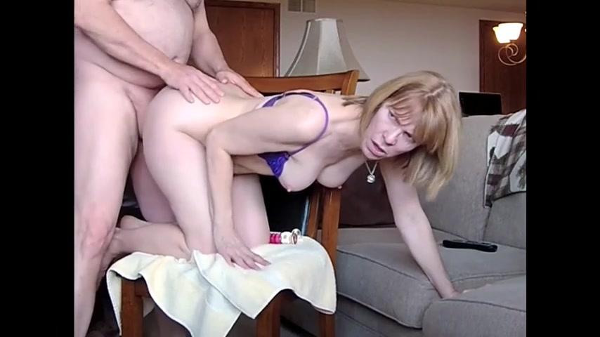 Занимаются сексом на стуле