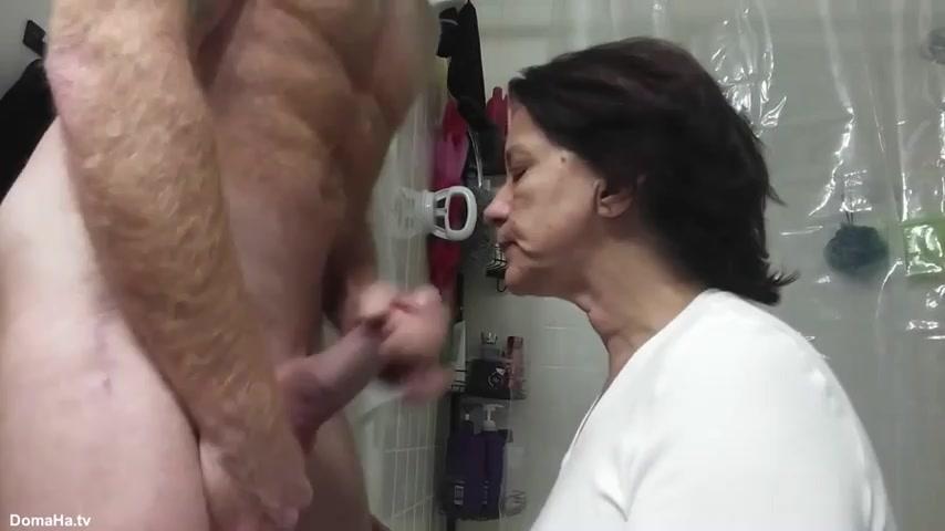 Старая женщина доводит ртом мужчину до оргазма