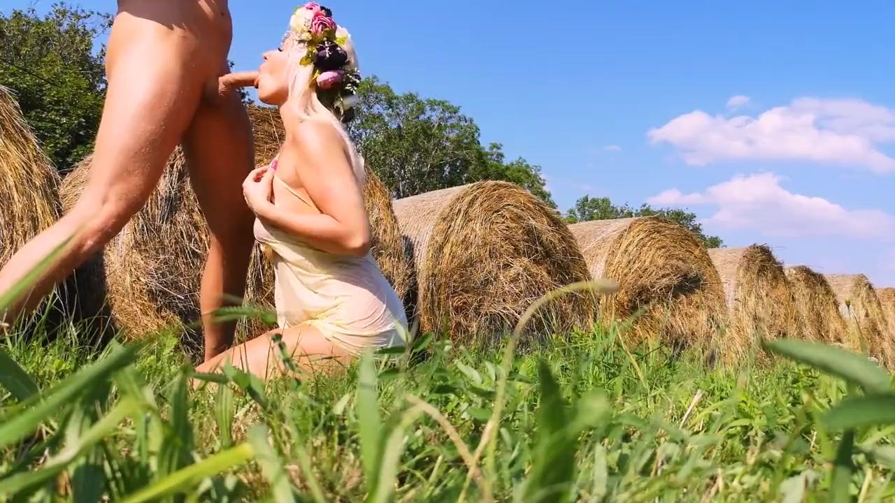 Грудастая девушка подарила бойфренду королевский минет в поле