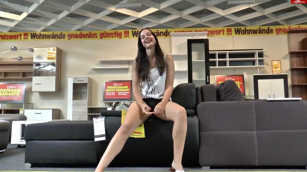 Немецкая студентка ебется в туалете мебельного магазина