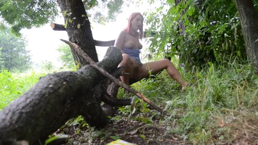 Рыжая мастурбирует в дождливом лесу