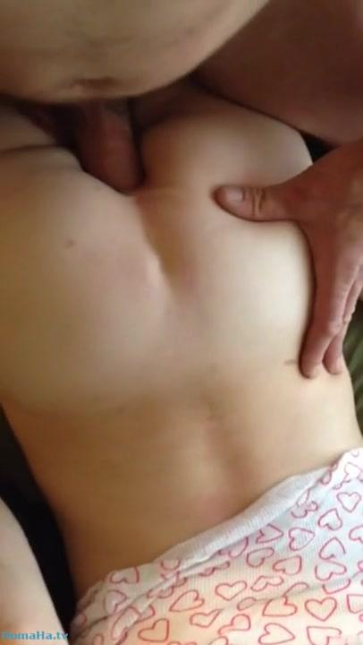 Мужчина нежно трахает в очко свою жену