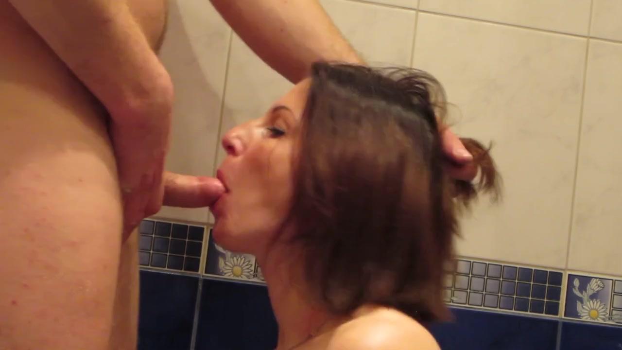 Извращенный мужик не дал телочке принять душ, всунув ее ротик писюн