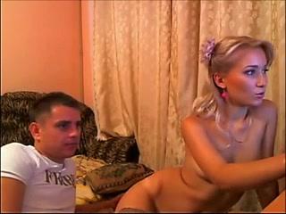 Ведут трансляцию в порно чат из спальни